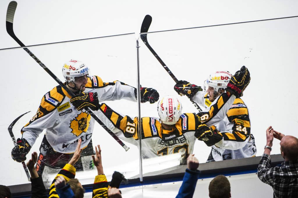 elitserien, sm-slutspel final 4. luleå hockey - skellefteå aik, 0 - 4, melker karlsson, johan forsberg och oscar lindberg, ishockeyspelare sverige, match action glad jublar